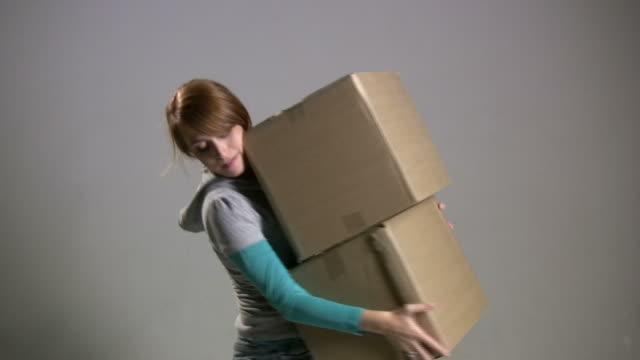 vídeos de stock, filmes e b-roll de (hd1080i mulher coloca -) caixas - pesado peso