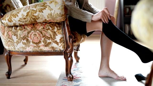 женщина ставит на носки - носок стоковые видео и кадры b-roll