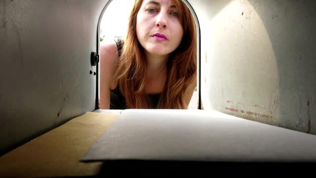 vídeos de stock e filmes b-roll de mulher colocando mail e o tirar fora da caixa de correio - correio