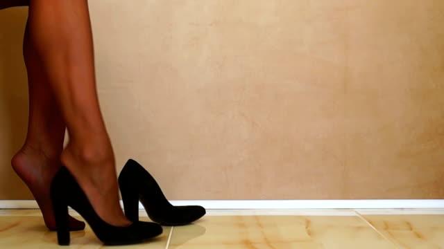 donna di mettere sulle scarpe nero - modella negozio video stock e b–roll