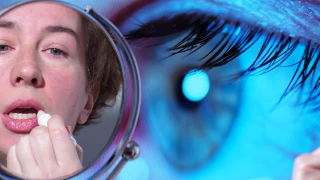 stockvideo's en b-roll-footage met vrouw zetten lippenbalsem - lipbalsem