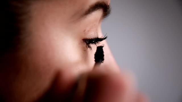 vidéos et rushes de femme mettre le mascara. à proximité. - mascara