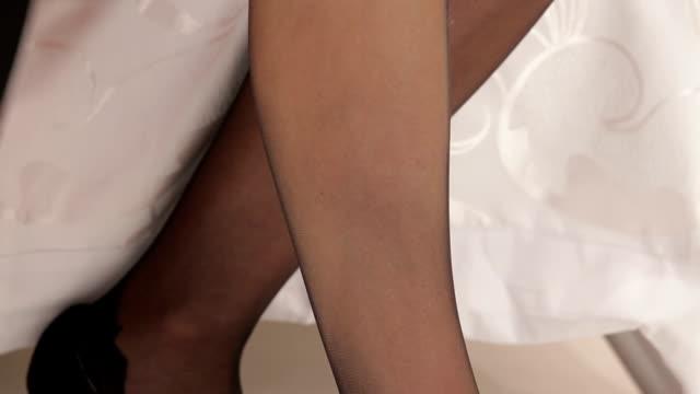 女性でパッティングのストッキング - 人の脚点の映像素材/bロール