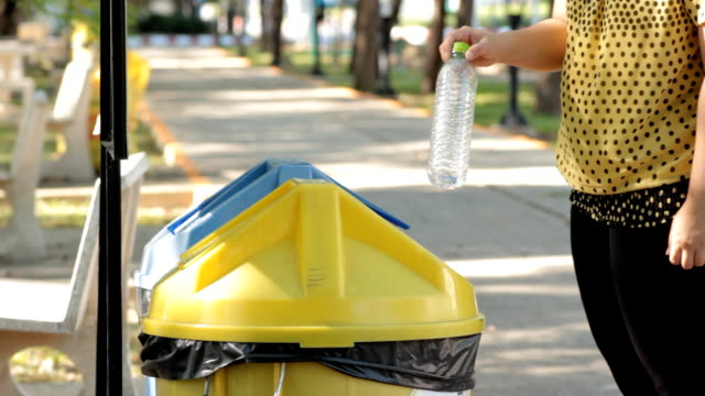 frau putting-kunststoff-flaschen für das recycling-behälter. - altglas stock-videos und b-roll-filmmaterial