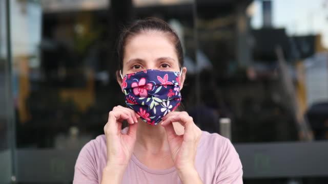 婦女戴上防護面具 - 自製的 個影片檔及 b 捲影像
