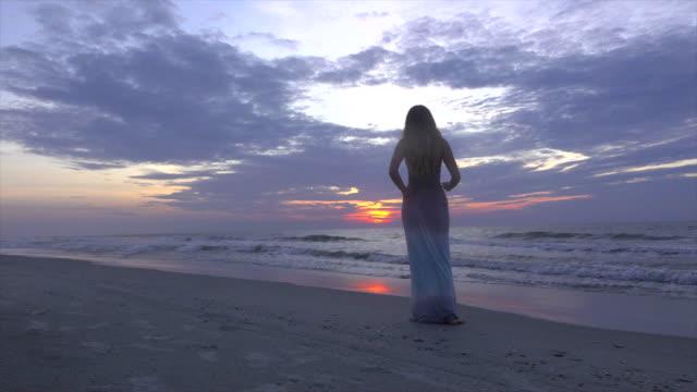 女性の手を上げる Praise ビーチ ビデオ