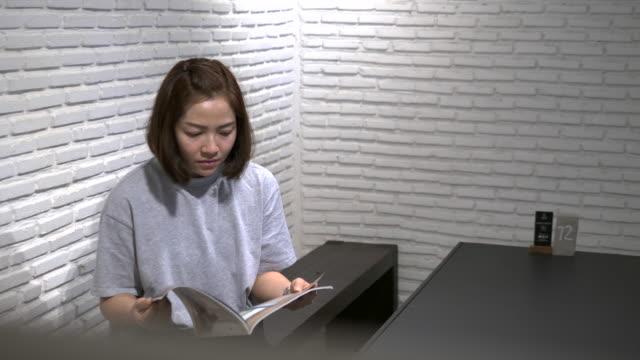 kvinna läser en bok - 30 39 år bildbanksvideor och videomaterial från bakom kulisserna