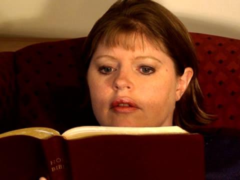stockvideo's en b-roll-footage met woman reading bible - nieuwe testament