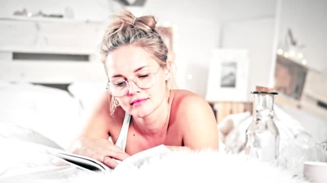 女性の読書本と飲む朝のコーヒー - 日常から抜け出す点の映像素材/bロール