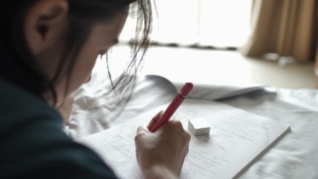 libro di lettura donna per esami, studio per esame - esame università video stock e b–roll