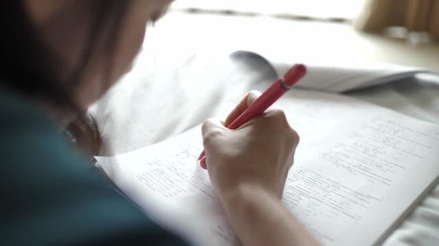 試験のための読書の女性 - 高等学校点の映像素材/bロール