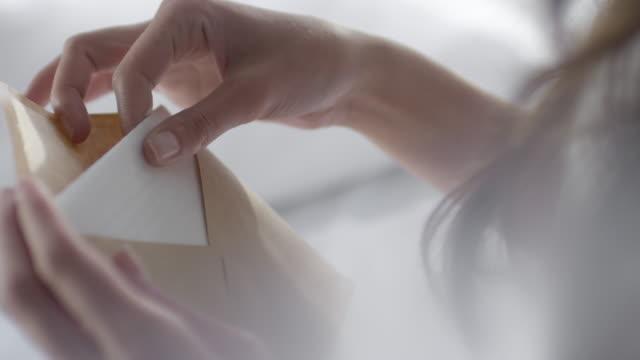 vídeos de stock e filmes b-roll de woman reading love letter - mensagem