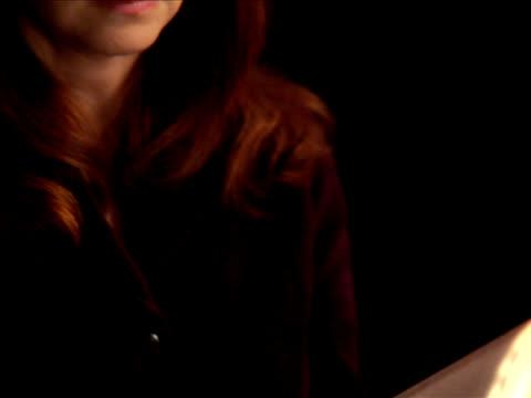 stockvideo's en b-roll-footage met pal - woman reading the bible - nieuwe testament