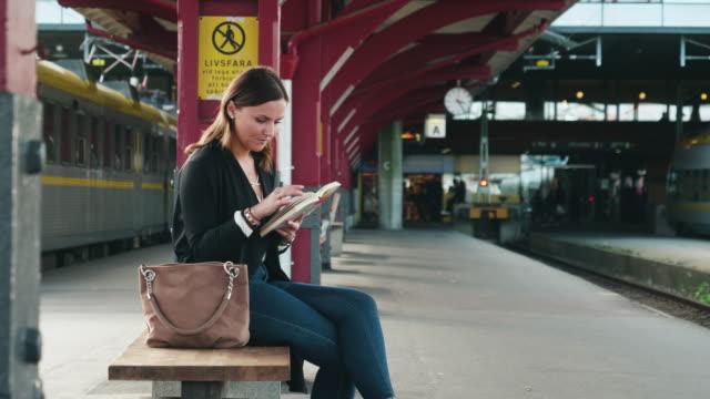 kvinna läsning i väntan på tåget - waiting for a train sweden bildbanksvideor och videomaterial från bakom kulisserna