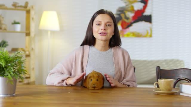 donna che riceve consigli veterinari - ear talking video stock e b–roll