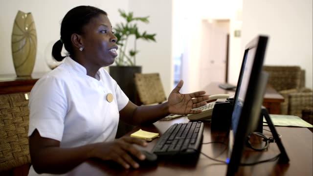 Mujer Recepcionista en el spa hablar con los huéspedes - vídeo