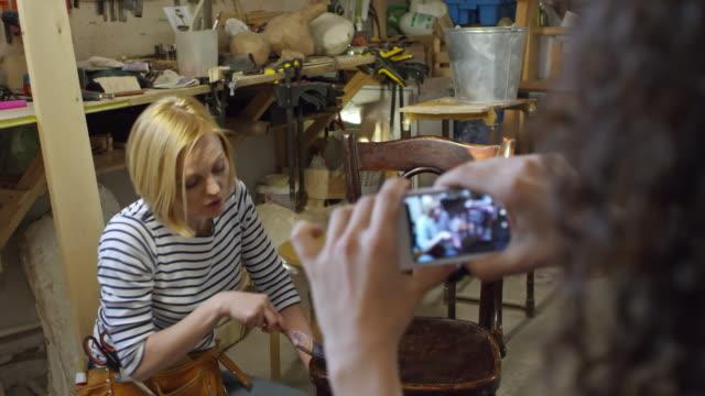 Bидео Woman Recording Furniture Renovation on Camera