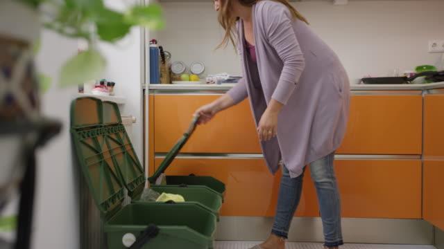 vídeos de stock e filmes b-roll de woman recycling and taking out the trash - economia circular