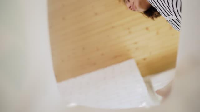 frau recycelt kunststoff beim reinigungshaus - altglas stock-videos und b-roll-filmmaterial