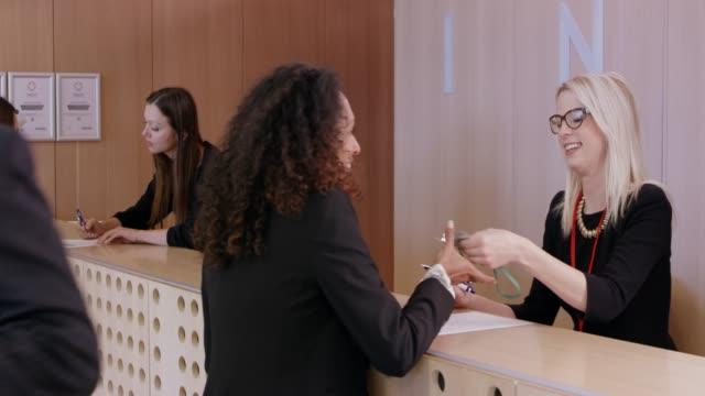 女性登録と会議の名前バッジを取得 ビデオ
