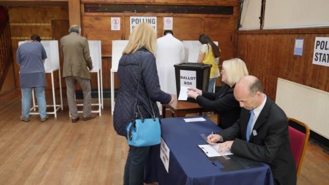 4 k: 女性投票所での投票、選挙で投票に登録します。 - 選挙点の映像素材/bロール