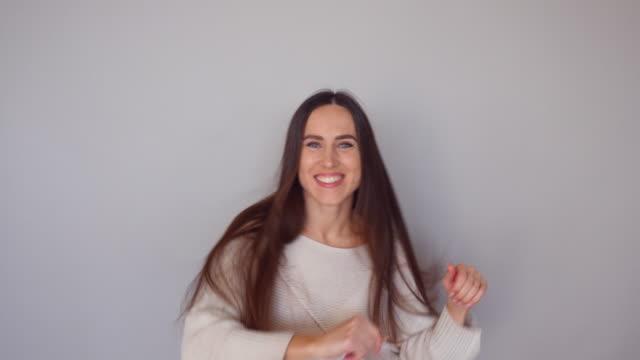 Mujer regocija victoria con la actuación de la danza de la victoria - vídeo