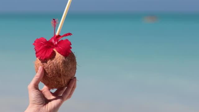 frau entspannen am strand mit exotischen cocktail, kuba - tropischer cocktail stock-videos und b-roll-filmmaterial