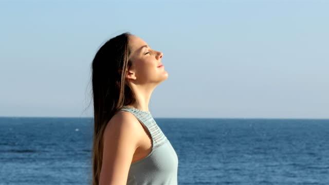 frau, entspannend, atmen frischen luft am strand - atemübung stock-videos und b-roll-filmmaterial