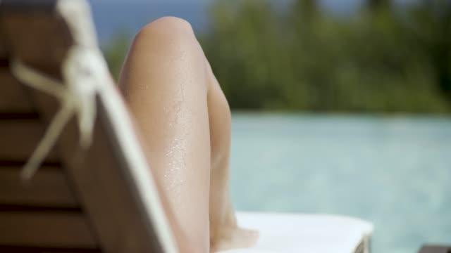 stockvideo's en b-roll-footage met vrouw ontspannen bij het zwembad op corfu, griekenland - gebruind