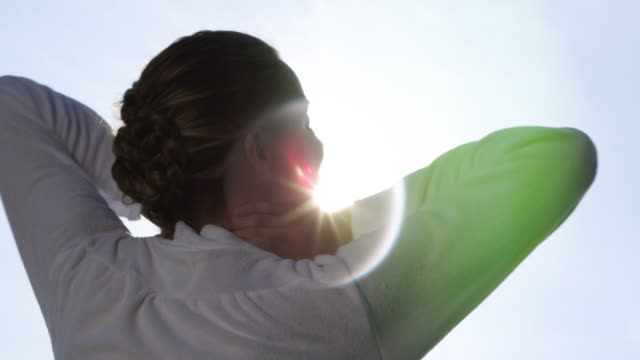 vídeos y material grabado en eventos de stock de mujer relajante en el sol - tratamiento de spa