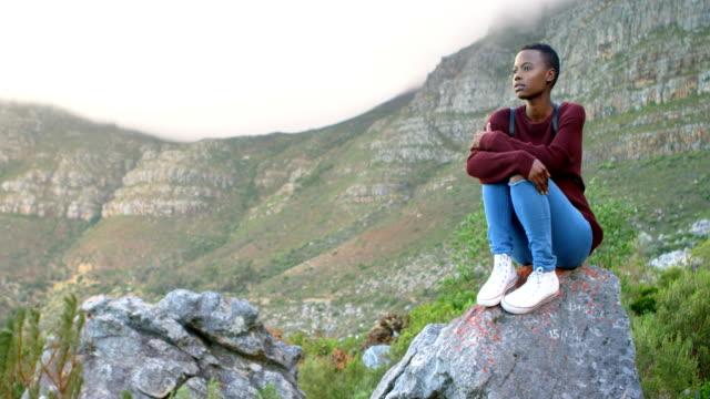 kvinnan avslappnande på en sten vid landsbygden 4k - south africa bildbanksvideor och videomaterial från bakom kulisserna