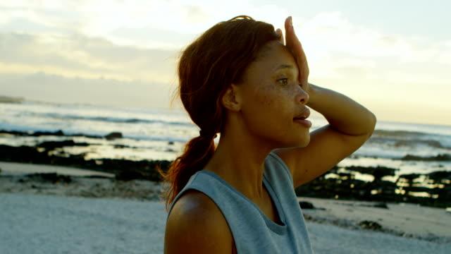 kvinna som är avkopplande på stranden 4k - svett bildbanksvideor och videomaterial från bakom kulisserna