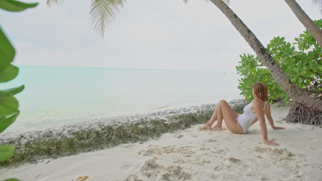 ms woman entspannend am strand tropischen meer, malediven - einzelne frau über 30 stock-videos und b-roll-filmmaterial