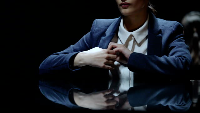 Femme à contrecœur donnant de l'argent à l'avocat, les services juridiques extrêmement coûteux - Vidéo