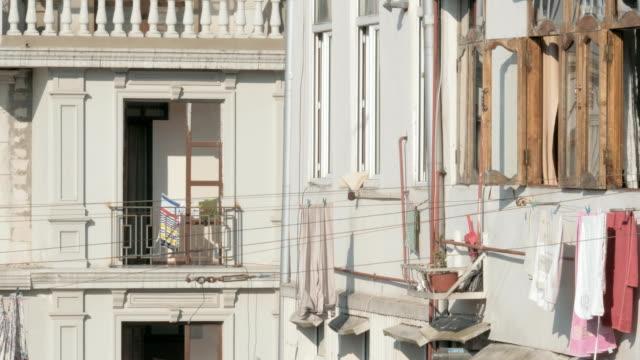 女性は、ジョージア、ロープから服を削除します - 吊るす点の映像素材/bロール