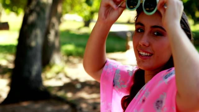 vídeos de stock, filmes e b-roll de bicicleta de equitação mulher 4k - 16 17 anos