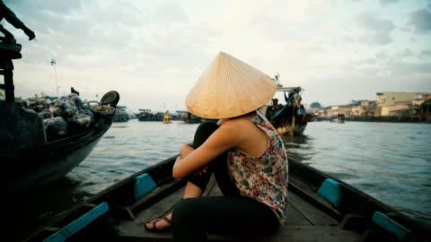 mekong delta ile tekne sürme kadın - seyahat destinasyonları stok videoları ve detay görüntü çekimi