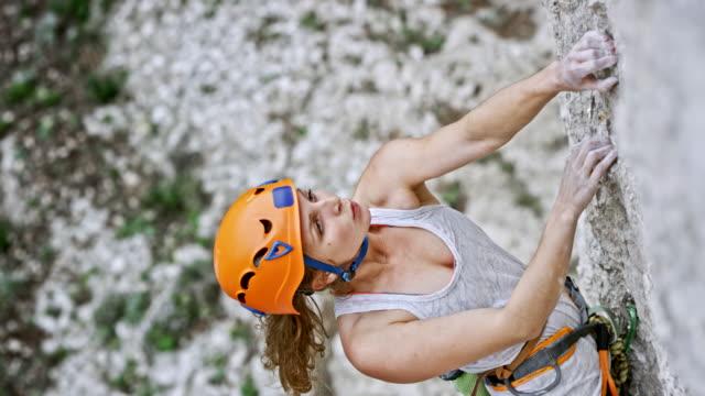 vídeos y material grabado en eventos de stock de mujer la escalada con un casco en la cabeza - escalada en rocas