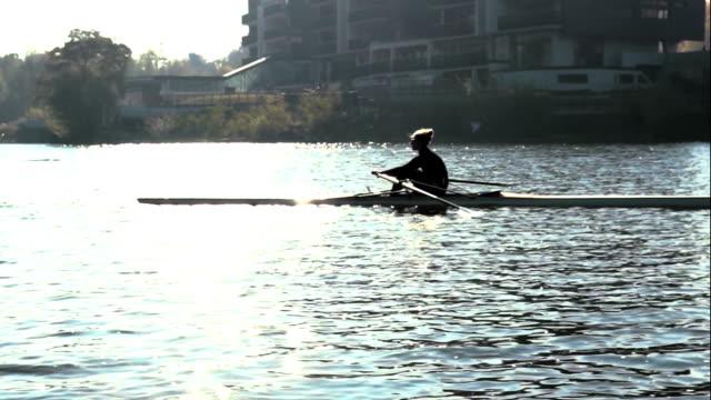 Mujer de remo en un bote de licencia de uso única - vídeo