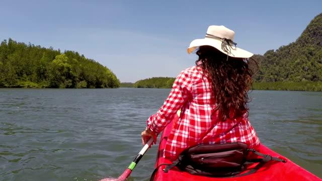 カヤック ボートでラグーン アクション カメラ POVバック背面ビュー女の子パドリングのカヤックを漕ぐ女性 ビデオ
