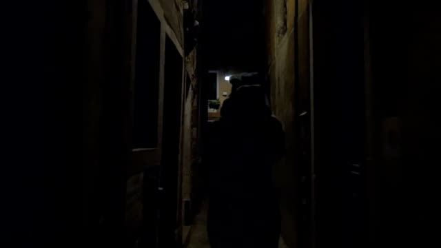 vídeos de stock e filmes b-roll de mulher correr em estreita rua à noite - fugir
