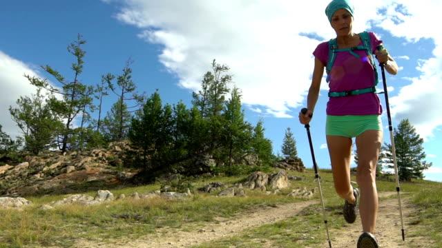 kvinnan kör på skogsstig. - tävlingsdistans bildbanksvideor och videomaterial från bakom kulisserna