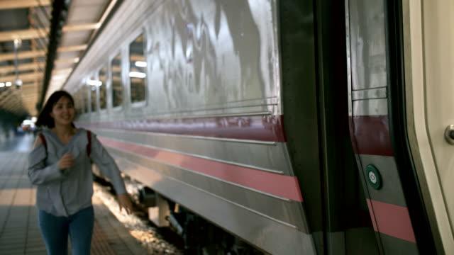 kvinnan kör på train station plattform - waiting for a train sweden bildbanksvideor och videomaterial från bakom kulisserna