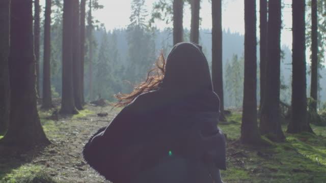 森を駆け抜ける女性 - 家系図点の映像素材/bロール