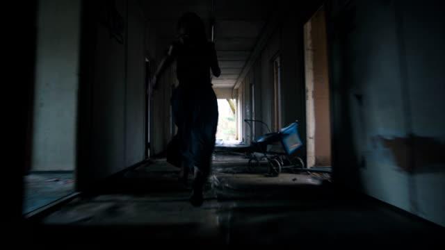woman running through the house - побег стоковые видео и кадры b-roll
