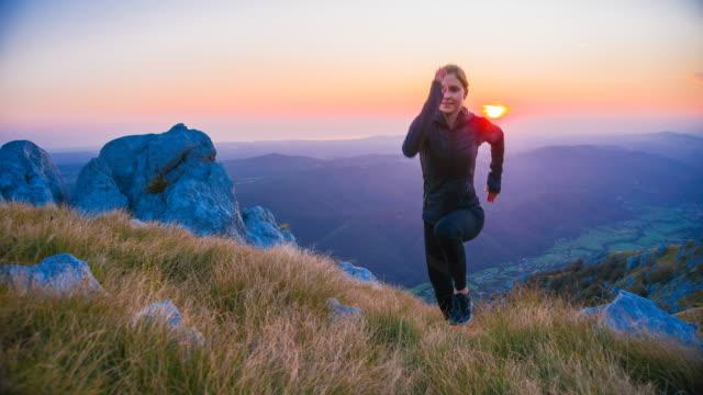 kvinnan kör uppförsbacke vid soluppgången - jogging hill bildbanksvideor och videomaterial från bakom kulisserna