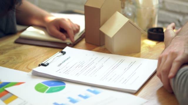 Vente de femme représentent le présent contrat de prêt de document, achat immobilier, succès business deals du contrat. - Vidéo