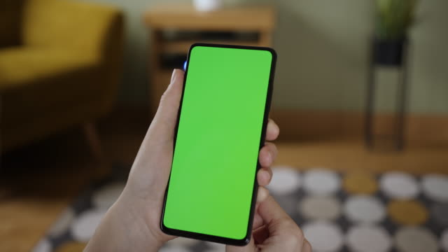 frau scanning fingerabdruck auf dem smartphone mit grünen mock-up-bildschirm, tun swiping, scrolling gesten. weibliches mobiltelefon, internet social. fingerabdruck-biometrische identitätsgenehmigung scannen. sicherheit - berühren stock-videos und b-roll-filmmaterial