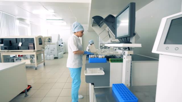 現代薬理研究所で働く女性科学者。 - 抗生物質点の映像素材/bロール