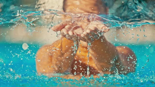 time warp donna che raccoglie l'acqua con le mani - ritemprarsi video stock e b–roll